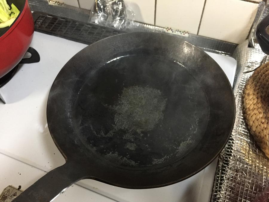 煙が出るまでフライパンを熱します